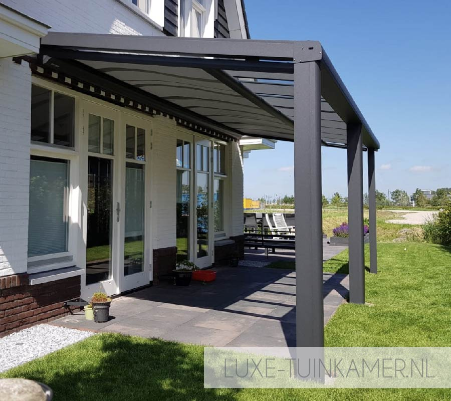 Foto van een Pallazzo Type-s glasdak, terrasoverkapping, veranda, tuinkamer, ter selectie van een veelvoud aan glasdaken, overkappingen en tuinkamers bij de tuinkamer specialist, zijnde Voorberg Zonwering & Buitenleven te Maassluis.